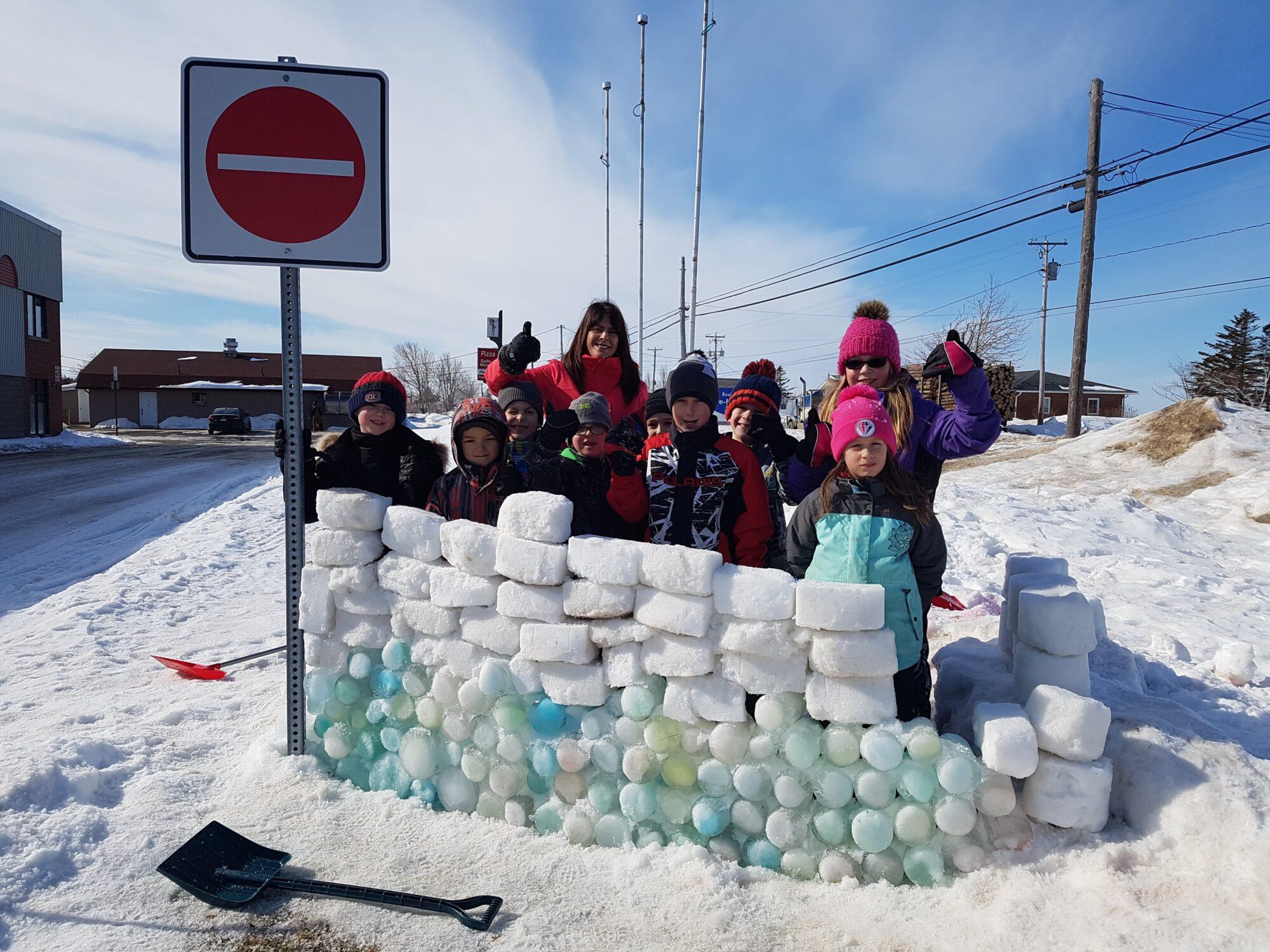 Construction d'un fort de glace par les 2e année